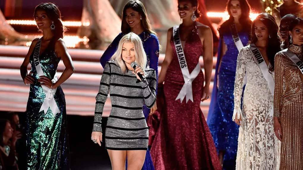 Image of singer Fergie in front of 8 Miss Universe contestants